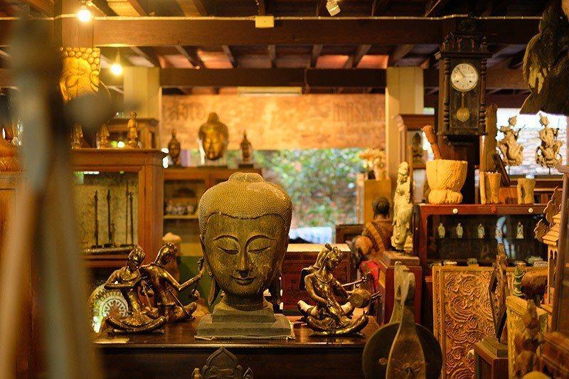 更裡面一區是販售老件古物的古董店。
