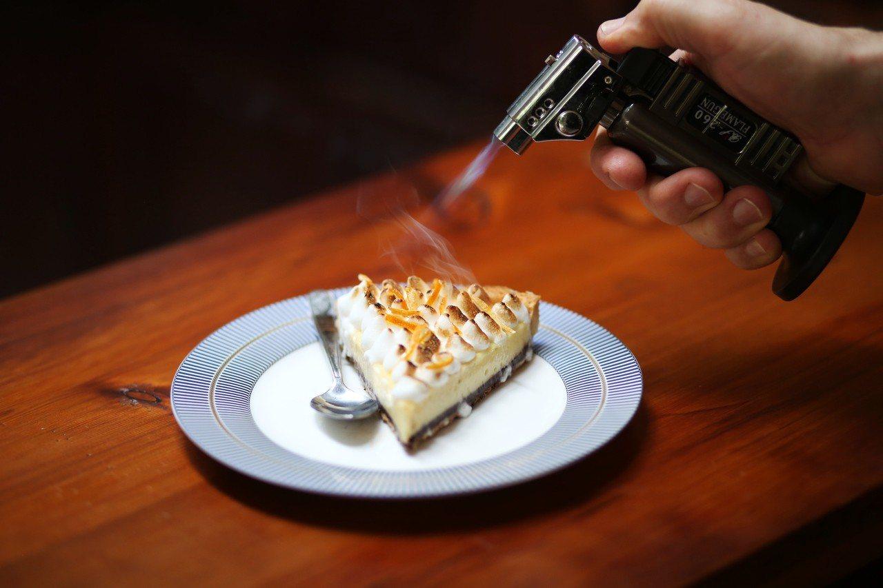 檸檬塔上的蛋白霜炙燒後散發甜甜香氣