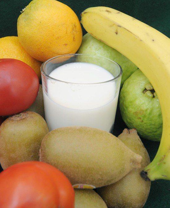 優酪乳搭配水果。圖/報系資料照