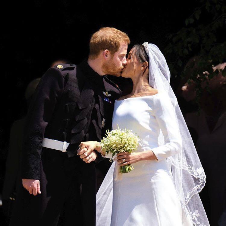 梅根的訂婚戒是一組三排的鑽戒,是哈利王子親自向皇家珠寶商Cleave and C...