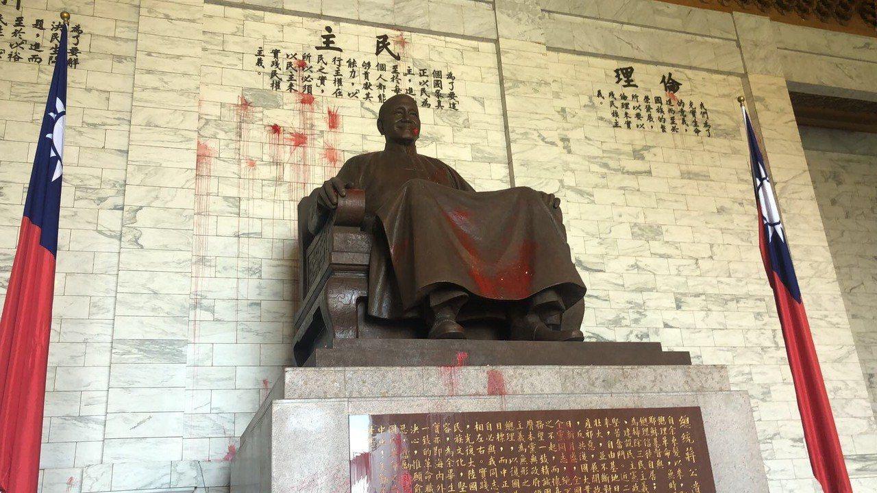 蔣公銅像遭潑紅漆。記者蕭雅娟/翻攝