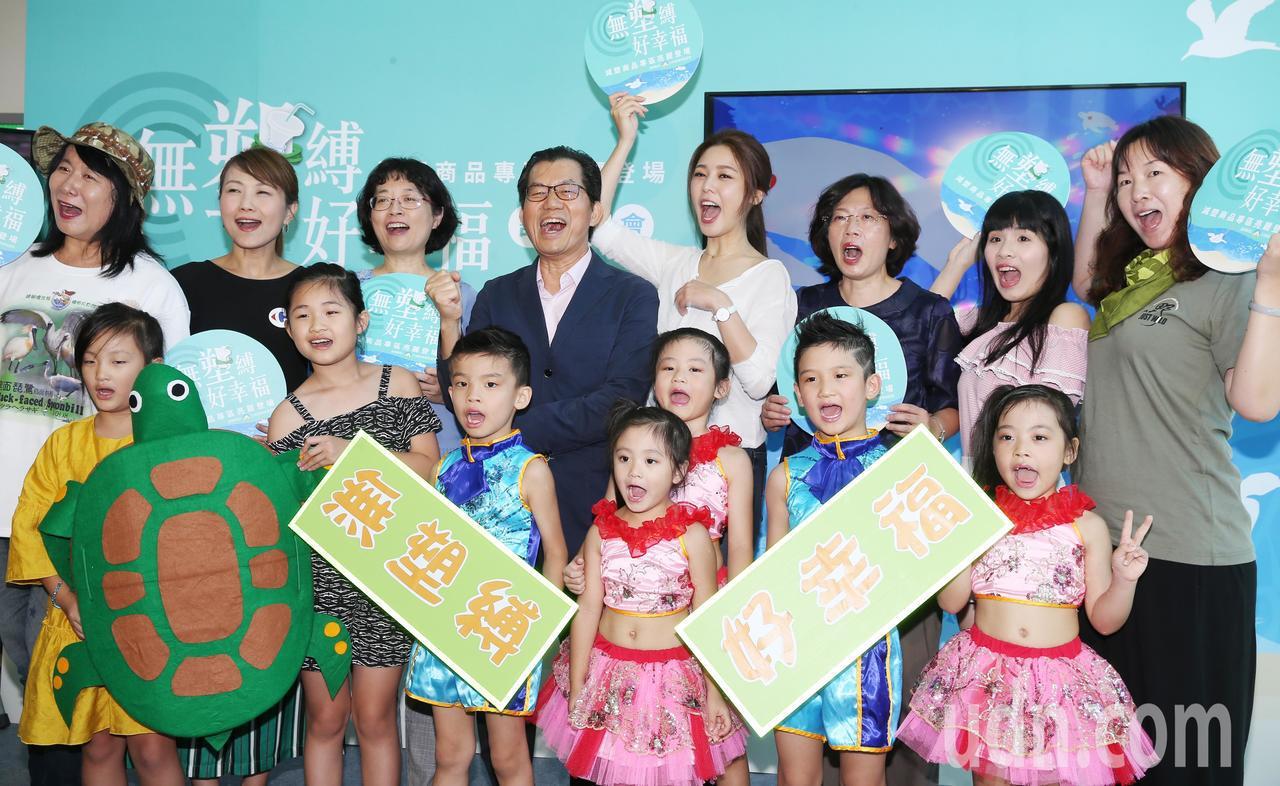 環保署上午在台北家樂福舉行減塑記者會。記者徐兆玄/攝影