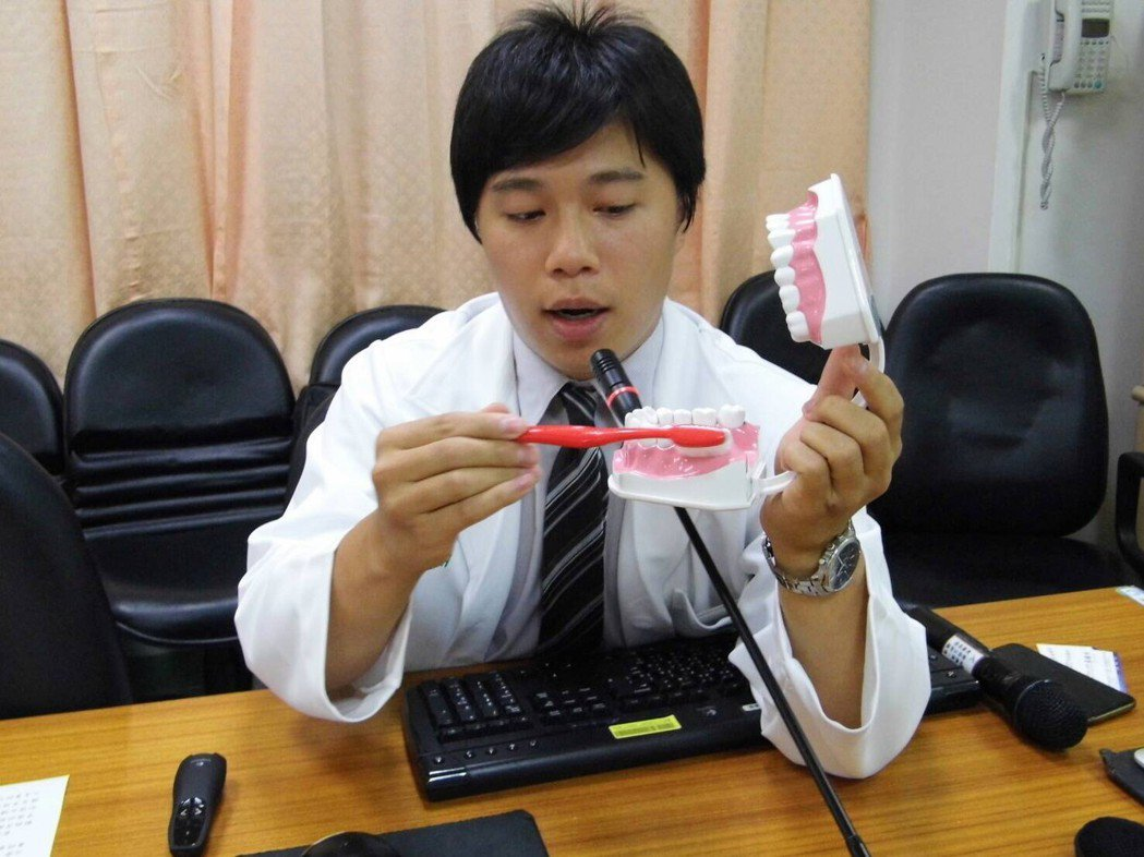 柳營奇美牙周病科醫師蔡鎮州示範刷牙。記者吳政修/攝影