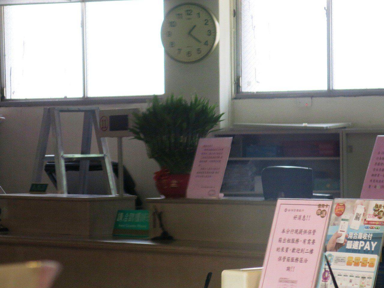 警方透露歹徒進合庫營業大廳後,可能是從8號到12號櫃台上,連掃5個營業窗口的桌上...