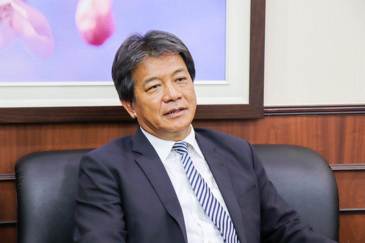 台南市副議長郭信良捐贈6萬元給羅騰園肢體殘障協會。記者鄭維真/攝影