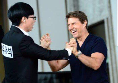 湯姆克魯斯日前到韓國宣傳「不可能的任務6」,抽空上了知名綜藝節目「Running Man」,他錄影的照片今天曝光,和劉在錫等主持班底開心同台,雖然貴為好萊塢天王,但阿湯哥完全沒架子,一一和現場的主持...