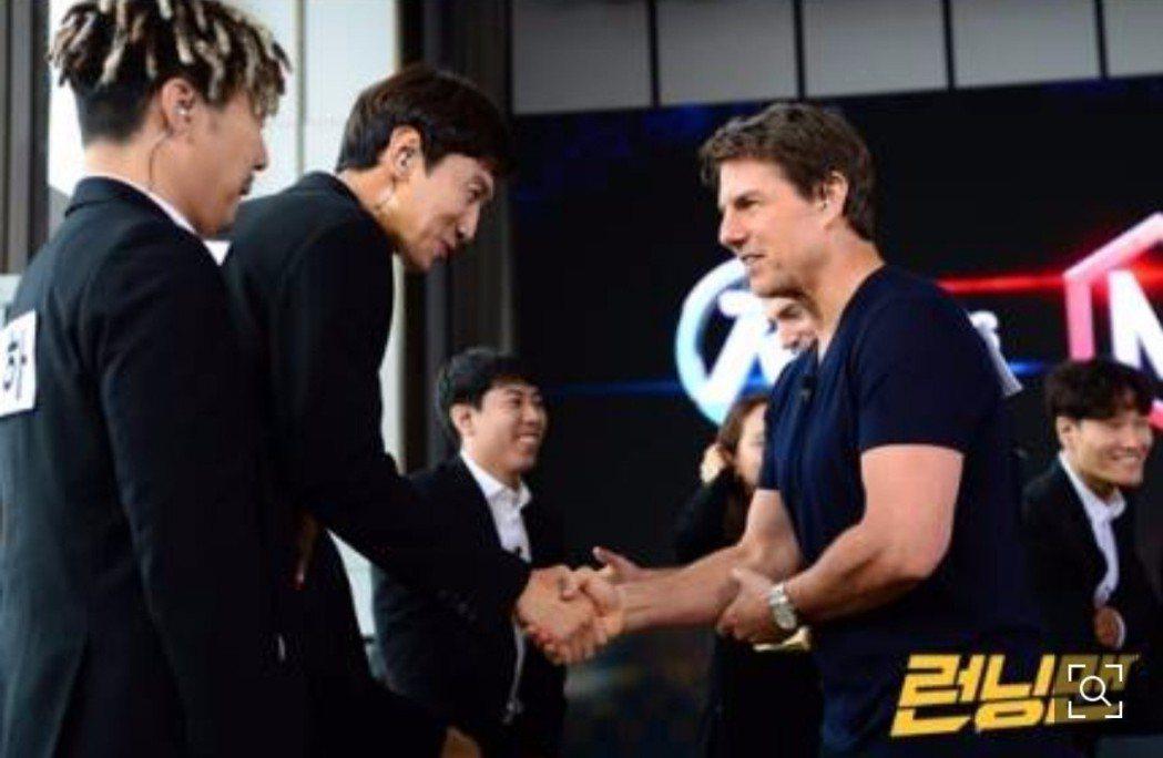 李光洙緊張地與阿湯哥握手。圖/摘自OSEN