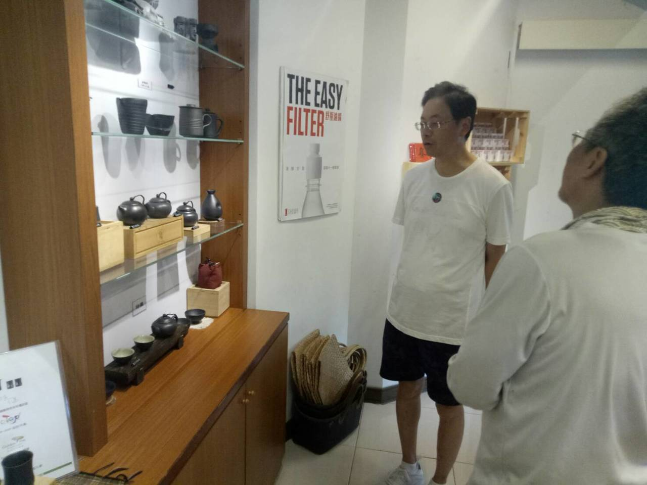前行政院長張善政一身便裝,帶領部落客走訪花蓮鳳林的讚碳工坊。圖/台灣部落客協會提...