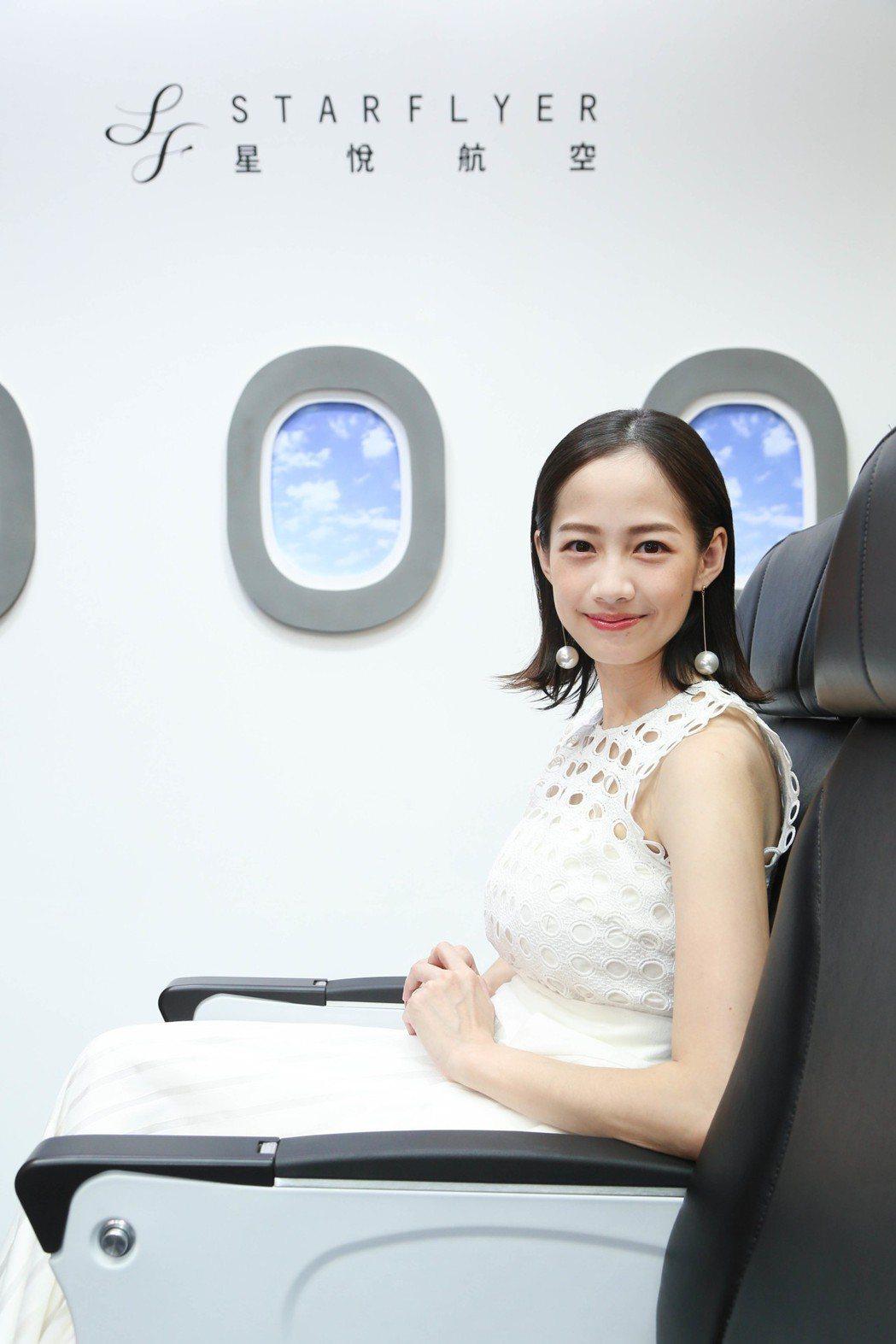 簡嫚書嘗試體驗舒適的座椅。圖/星悅航空提供