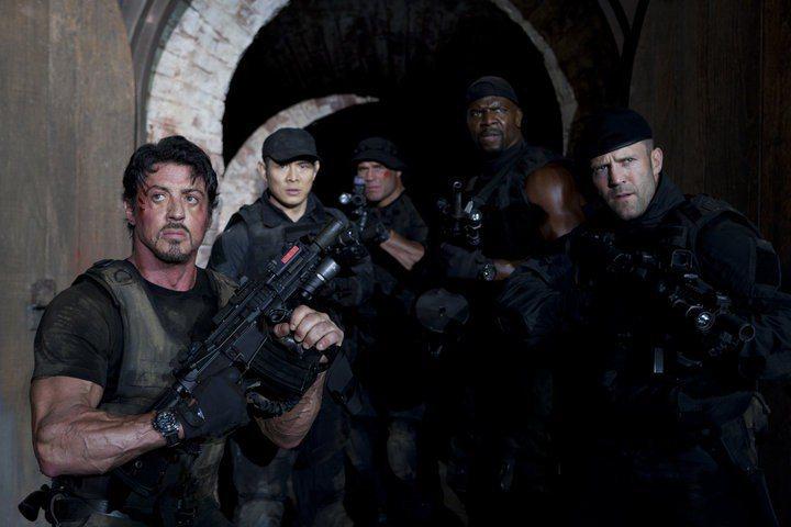 李連杰(左二)拍「浴血任務2」時,也曾義助發生事故意外身亡的替身演員。圖/摘自i