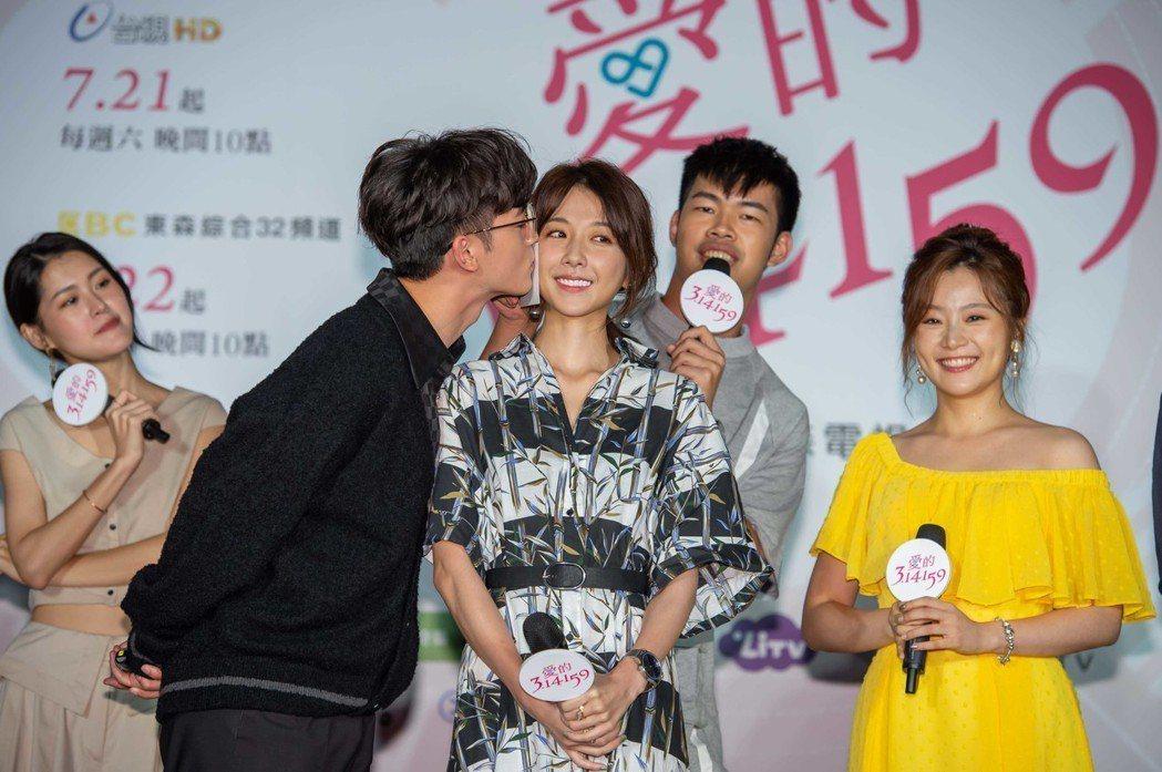 吳思賢(左起)獻吻邵雨薇,眾人驚呼。圖/東森提供