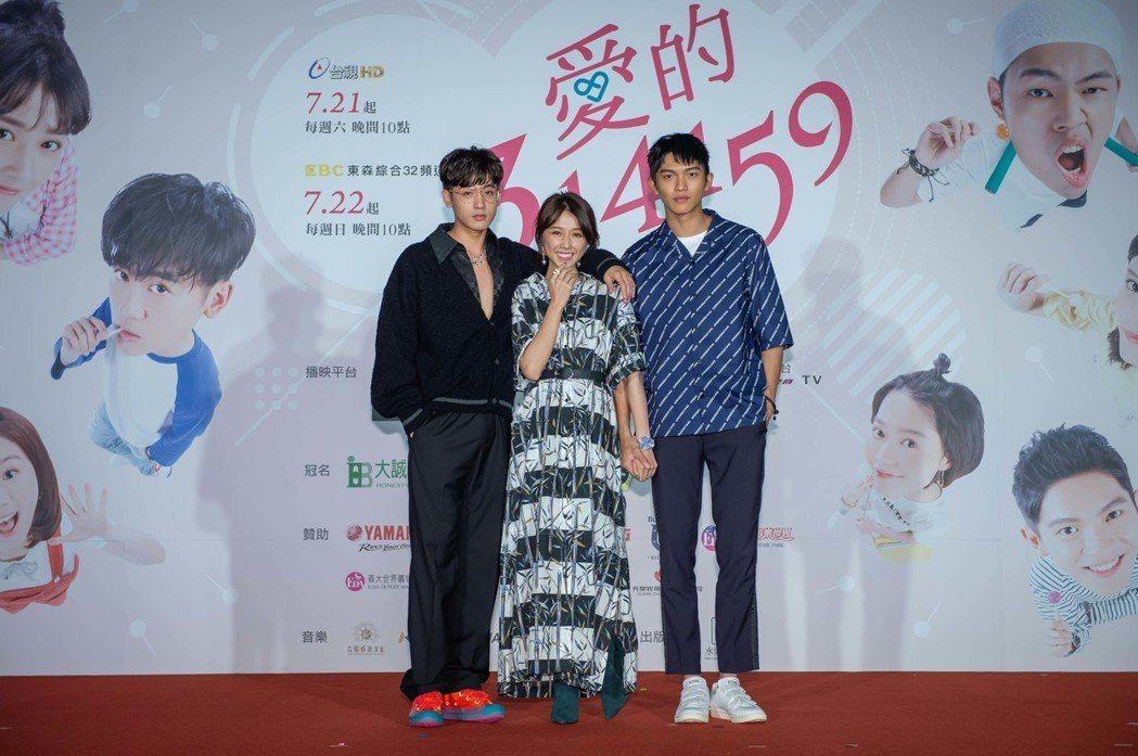 吳思賢(左起)、邵雨薇、林輝瑝大談三角戀。圖/東森提供