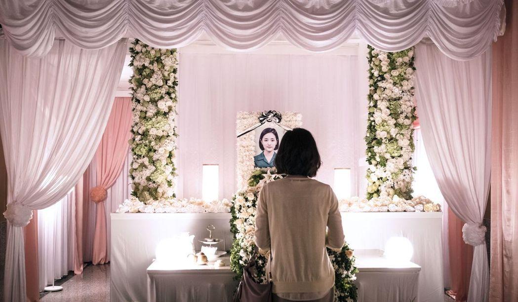 尹馨演出「茉莉的最後一天」在女兒靈堂前。圖/公視提供