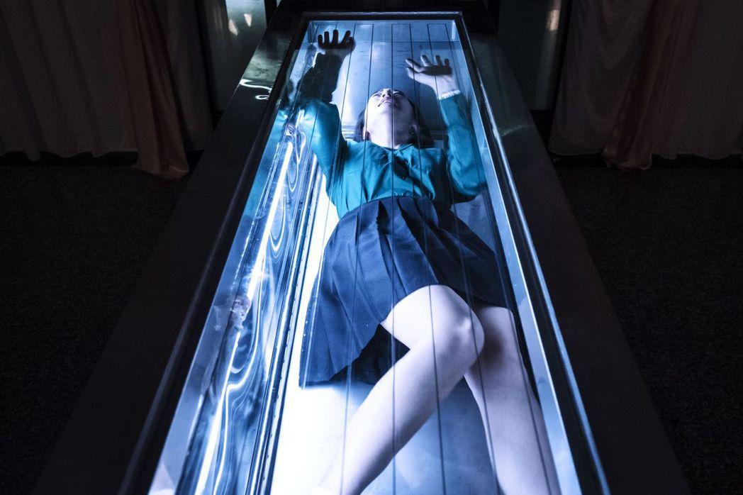 王淨演出「茉莉的最後一天」躺在冰櫃。圖/公視提供