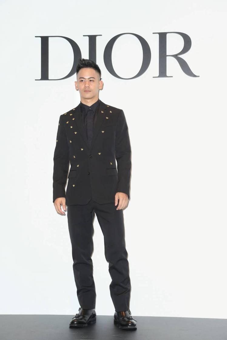 李淳穿黑色蜜蜂點綴西裝外套14萬元、襯衫28,000元、西裝褲33,000元,搭...