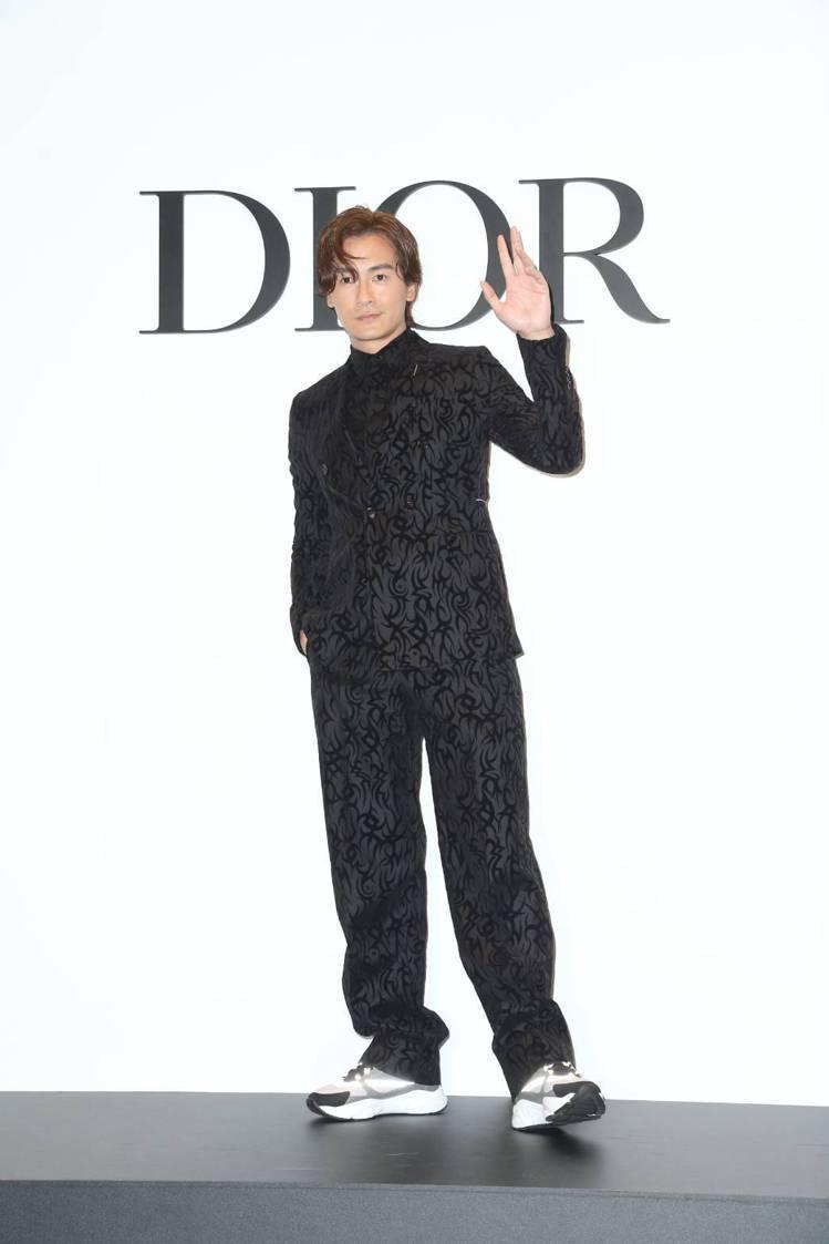 鄭元暢表示黑色神秘的西裝是派對必備款。圖/記者陳立凱攝影