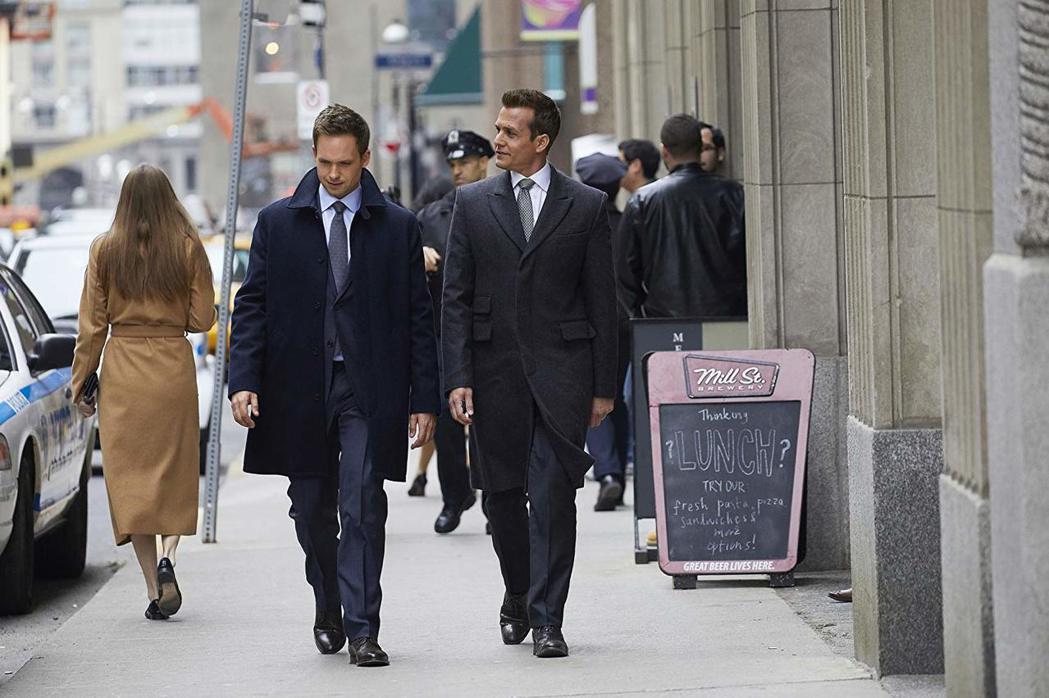 「無照律師」美國原版以兩位男主角的情節為主,有許多腐女愛看。圖/摘自imdb