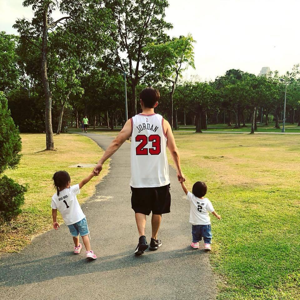 修杰楷牽著2寶貝女兒,畫面溫馨。圖/摘自臉書