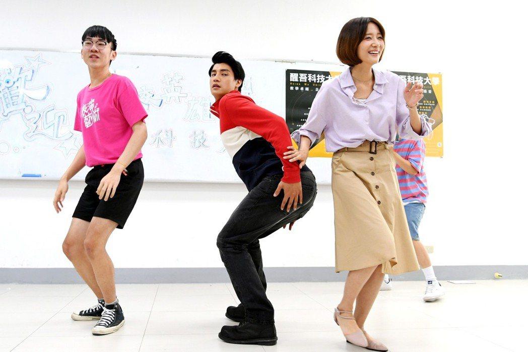 劉宇菁(右)和學校表演藝術學生互動,羅宏正大秀M字腿搞笑。圖/三立提供