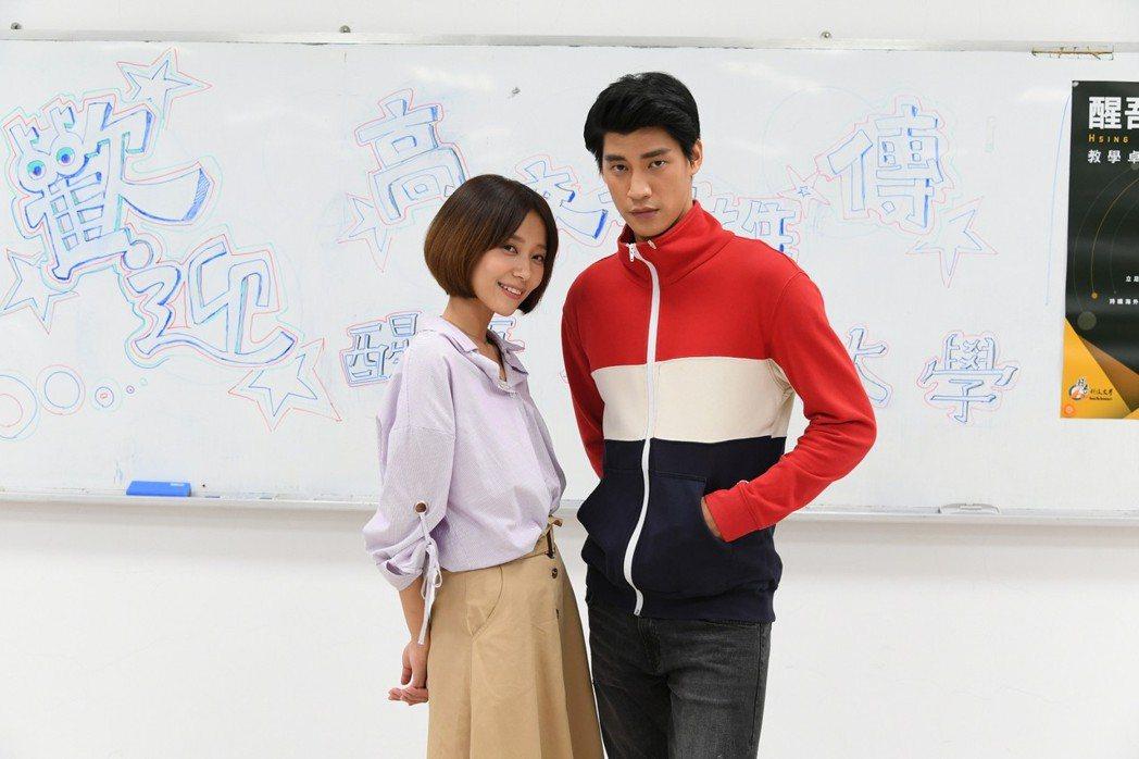 羅宏正(右)、劉宇菁前進校園為戲宣傳。圖/三立提供