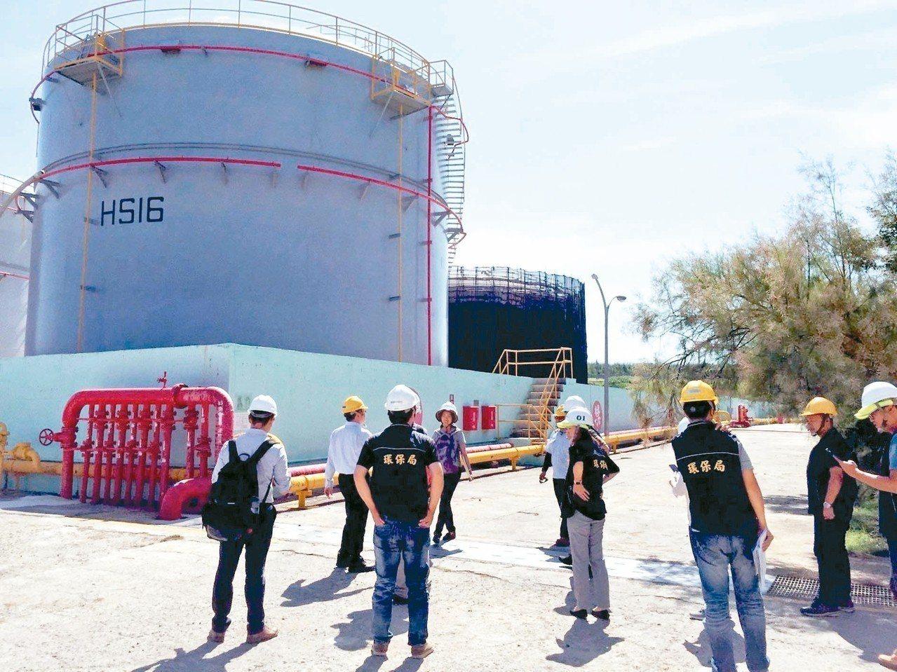 中油澎湖湖西油庫去年中發生漏油卻隱匿不報,直到今年五月才被發現,引發經濟部長沈榮...