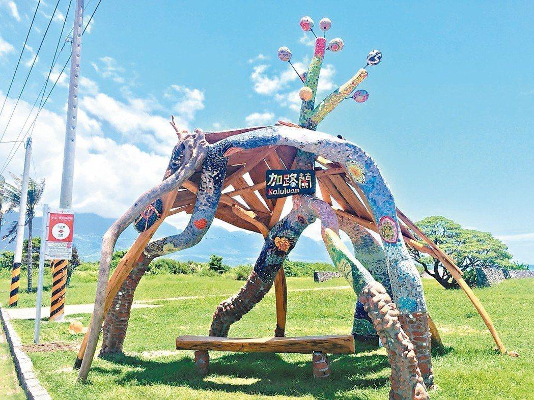藝術家饒愛琴設計,以多彩的馬賽克拼貼搭配漂流木等,創作出別具風采的公車亭。 記者...