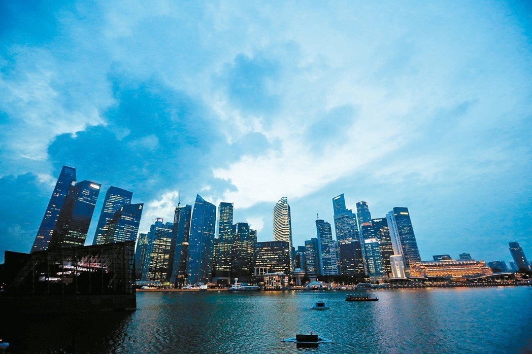 新加坡遭駭客攻擊,資安彷彿濱海灣金沙酒店的天空雲層密布,蒙上陰影。 歐新社