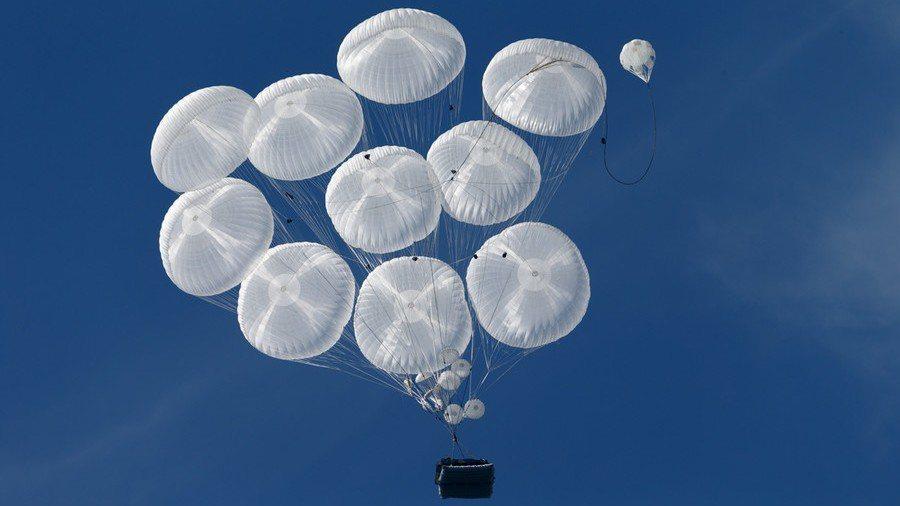 多個降落傘在空中順利開啟。 圖/取自俄國防部
