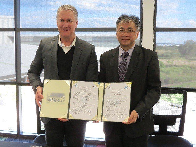 朝陽科技大學校長鄭道明(右)代表與澳洲航空學校Aviation Australi...