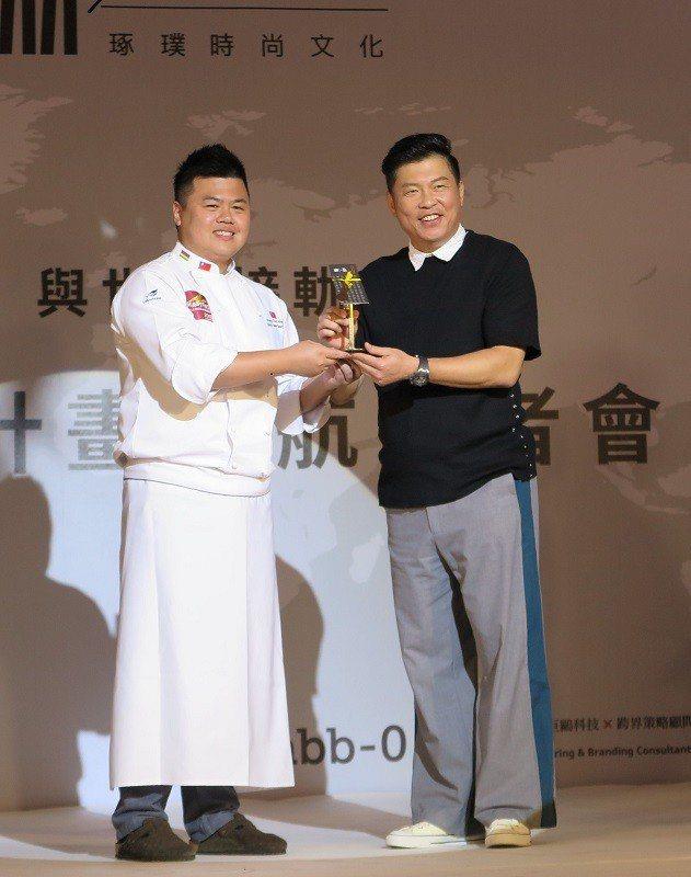 由2018世界麵包大賽冠軍-王鵬傑(左),代表三能公司將饋贈全球首創#001概念...