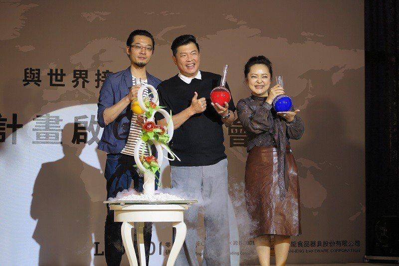 啟航儀式由三能公司行銷副總監張志豪(左起)、曾國城先生與VIA執行長朱世琦共同啟...