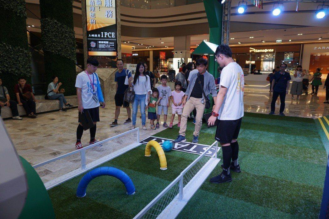 藝人炎亞綸擔任一日店長,除與主持人大談產品使用感想外,更與粉絲進行足球互動遊戲。...