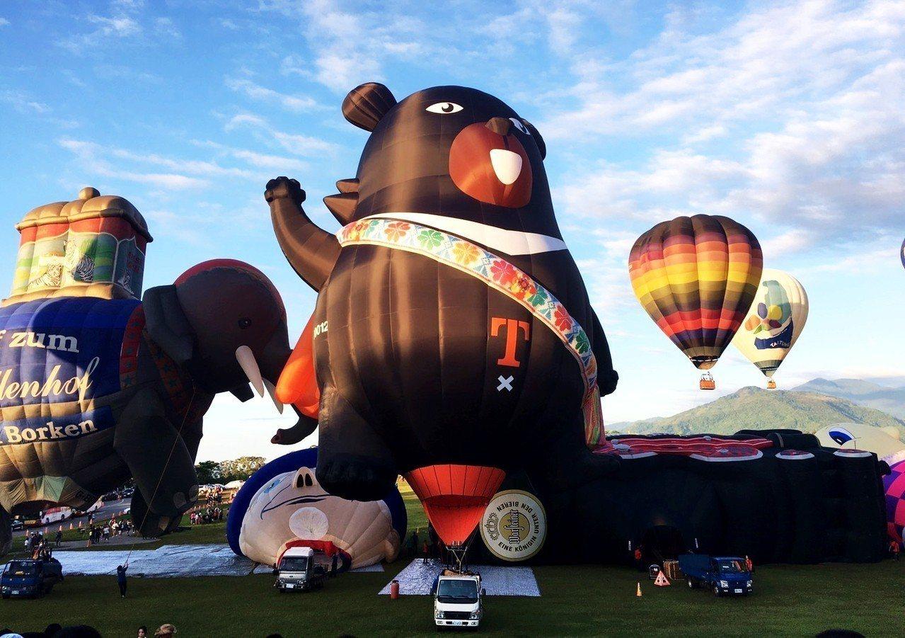由交通部觀光局贊助打造的台灣第16顆熱氣球「喔熊」,今天清晨首度在台東縣鹿野高台...