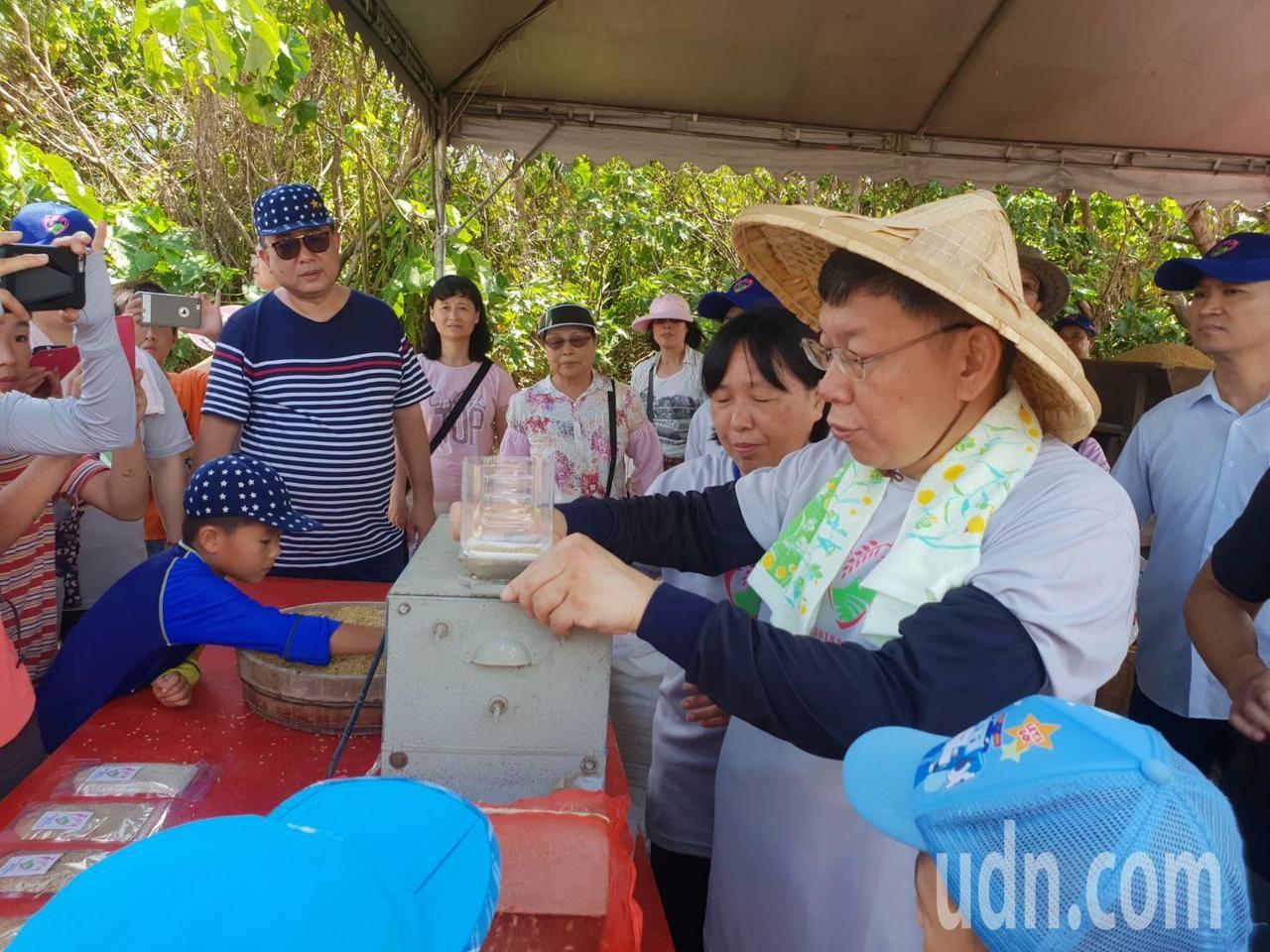 台北市長柯文哲出席關渡割稻趣活動。記者莊琇閔/攝影