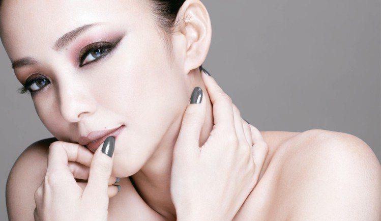 安室奈美惠為Visee時尚精選眼影盤NA的限定代言人。圖/Visee提供