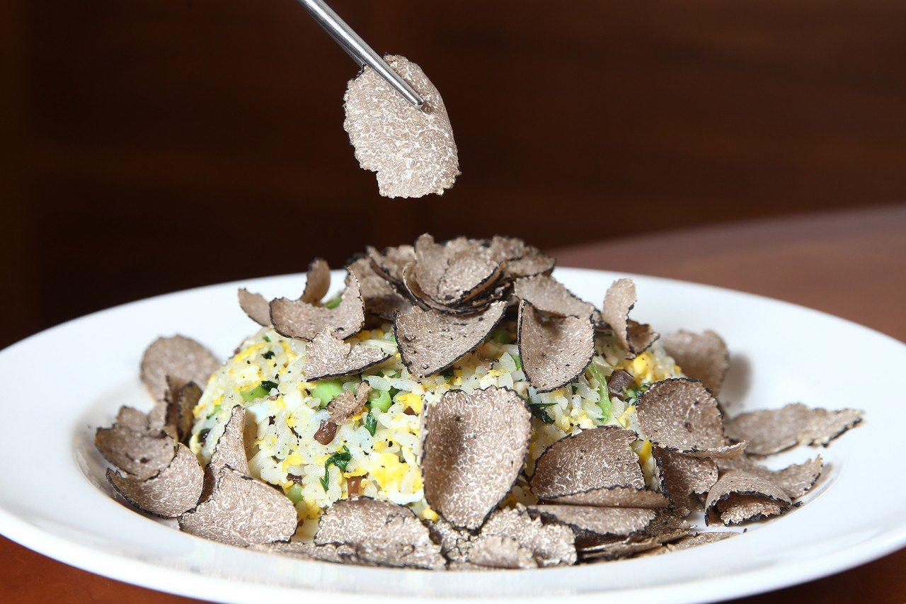 鼎泰豐推出松露蛋炒飯每盤要價1,200元。記者蘇健忠/攝影
