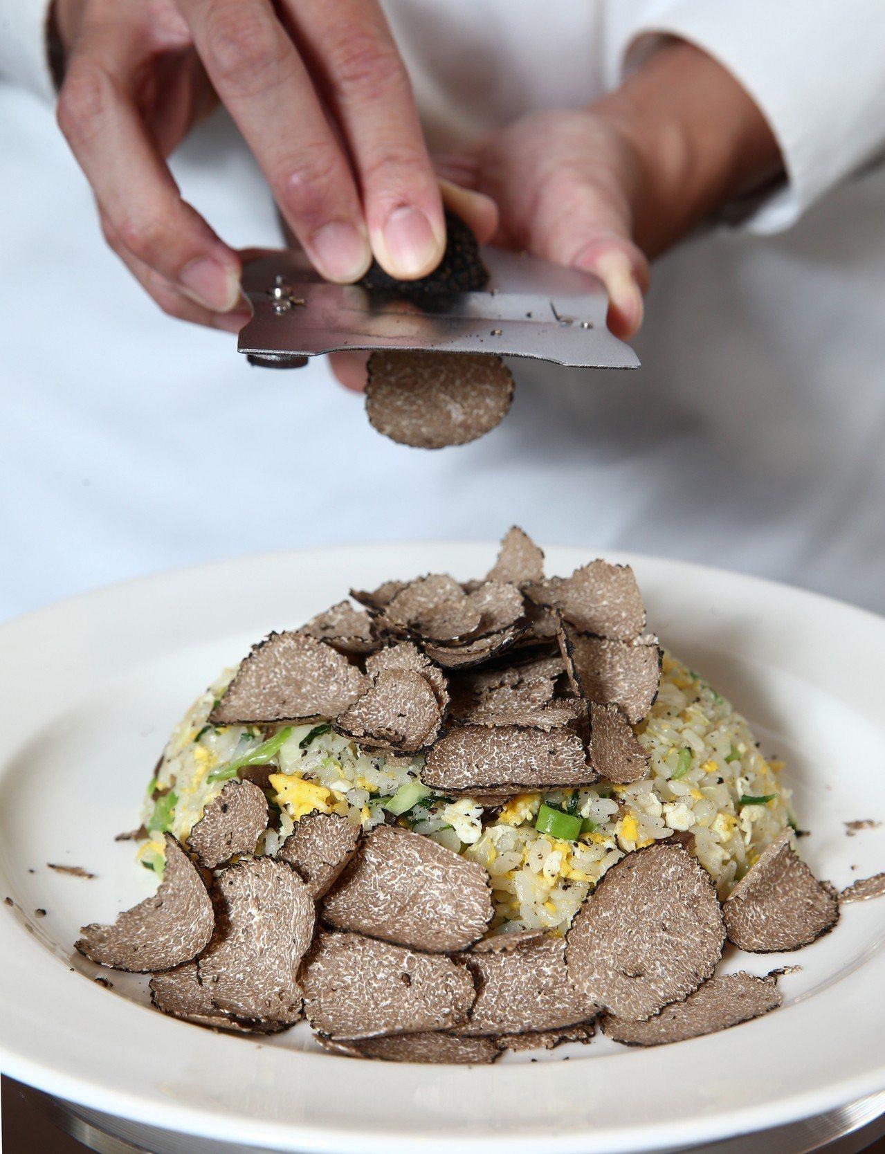 鼎泰豐松露蛋炒飯一次加入完整一顆松露,由廚師現刨。記者蘇健忠/攝影