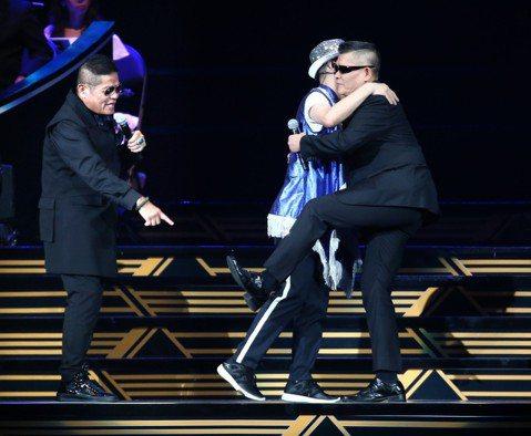 55歲的陳雷出道滿30年,今天第一次攻蛋舉行「歡聲雷動」演唱會,不僅中、南部歌迷包下多達60輛的遊覽車北上支持,還有大陸、新加坡、印尼的歌迷組團抵台,票房吸金2100萬。他除了邀請「金曲歌后」黃妃站...