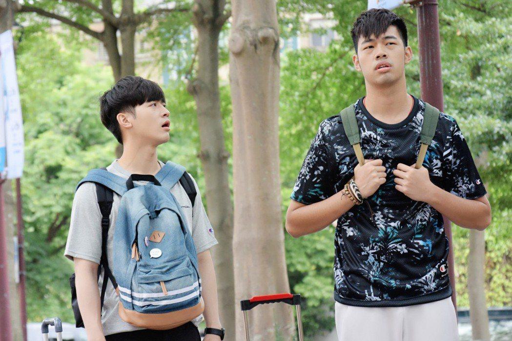 小樂吳思賢(左)、陳大天為邵雨薇甘願成工具人拖行李。圖/東森提供