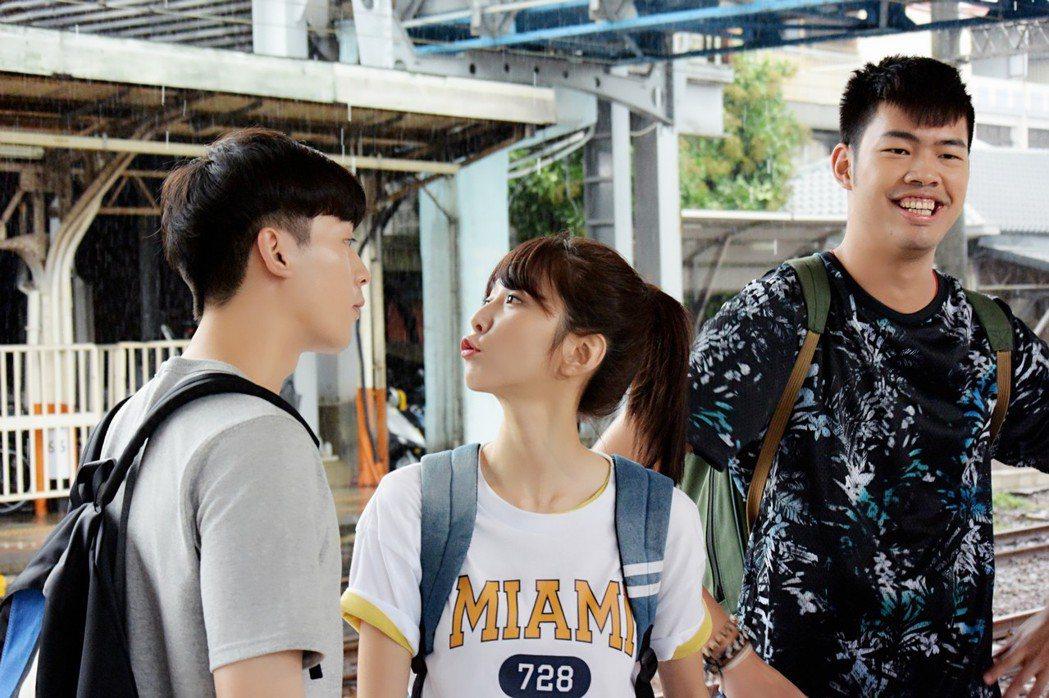 邵雨薇在新戲「愛的3.14159」中,小樂吳思賢(左起)、邵雨薇、陳大天互動有趣...