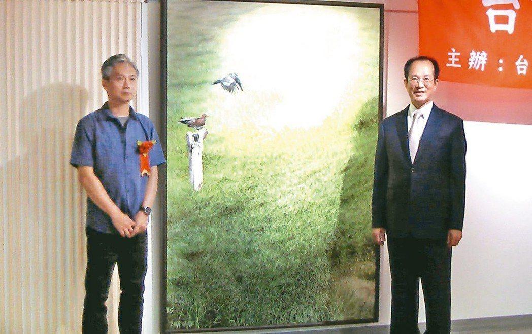 台灣藝術研究院院長林富男(右)與首獎得主張國二(左)與作品(中)合影。 記者徐如...