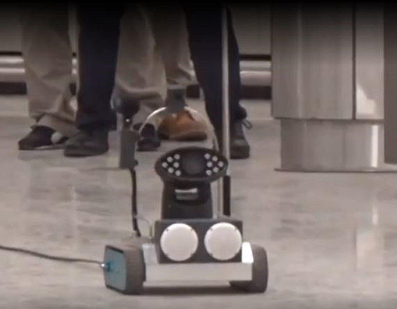 香港警方出動談判機械人與恐怖份子對話。香港01新聞影片截圖