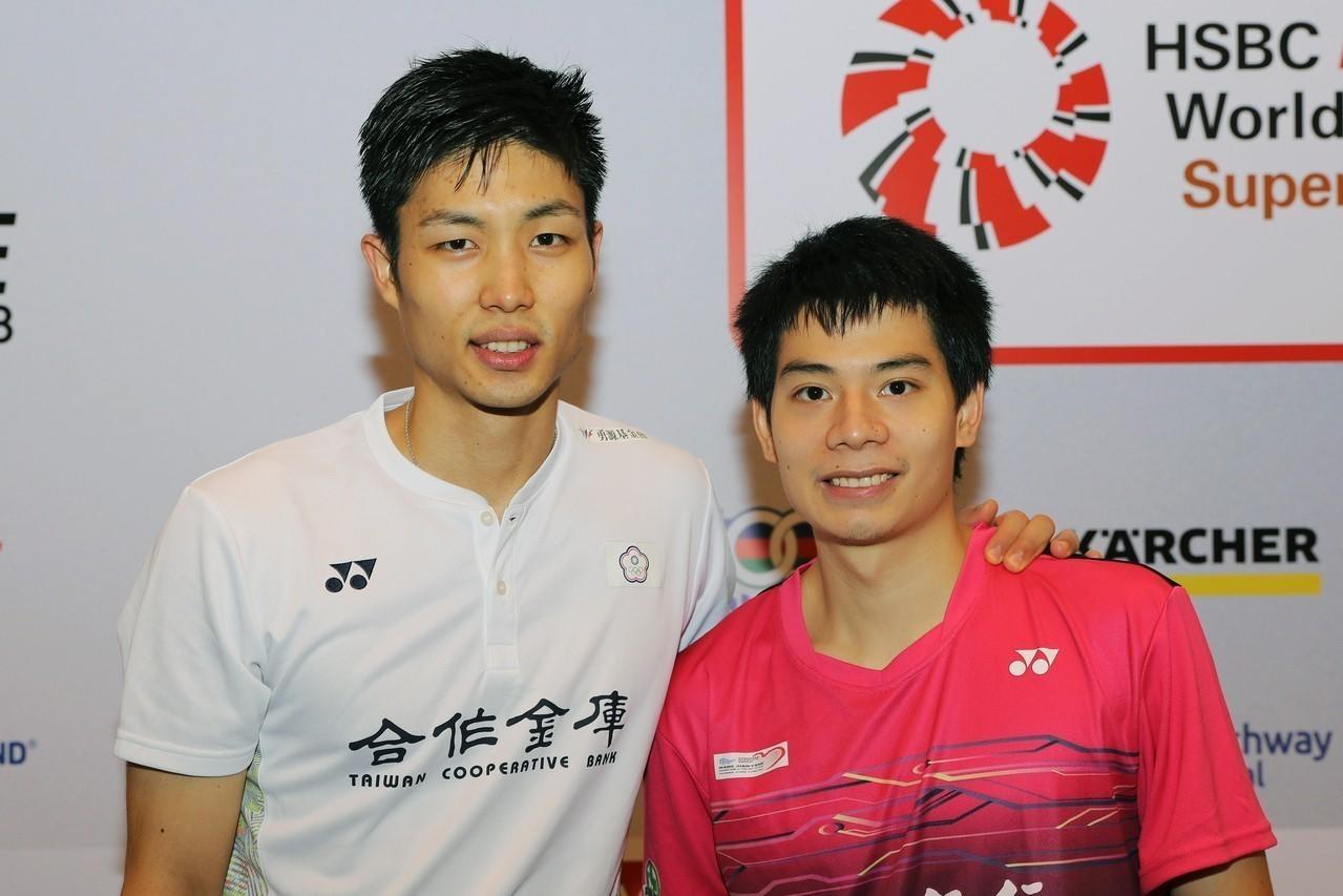 新加坡公開賽決賽後,台灣羽球選手周天成(左)與許仁豪合影。 中央社