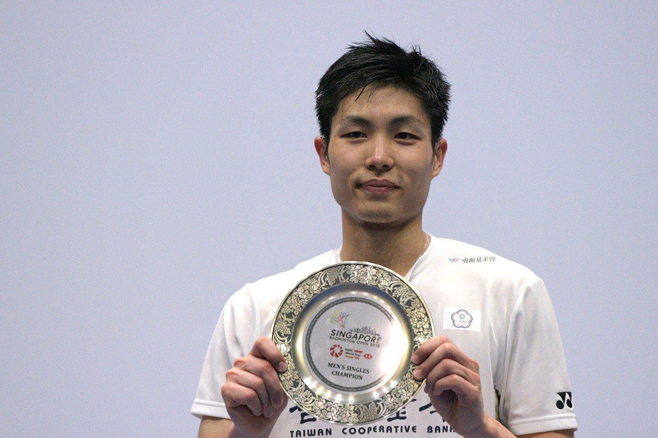 台灣羽球男單一哥周天成收穫本季第2冠,展示冠軍獎盃。 新華社