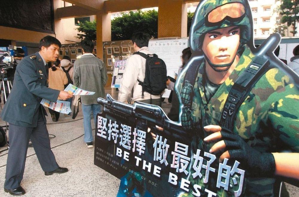 國軍轉型募兵之後也面臨「人不夠」;對於這項危機,國防部同樣採取粉飾太平的態度。圖...