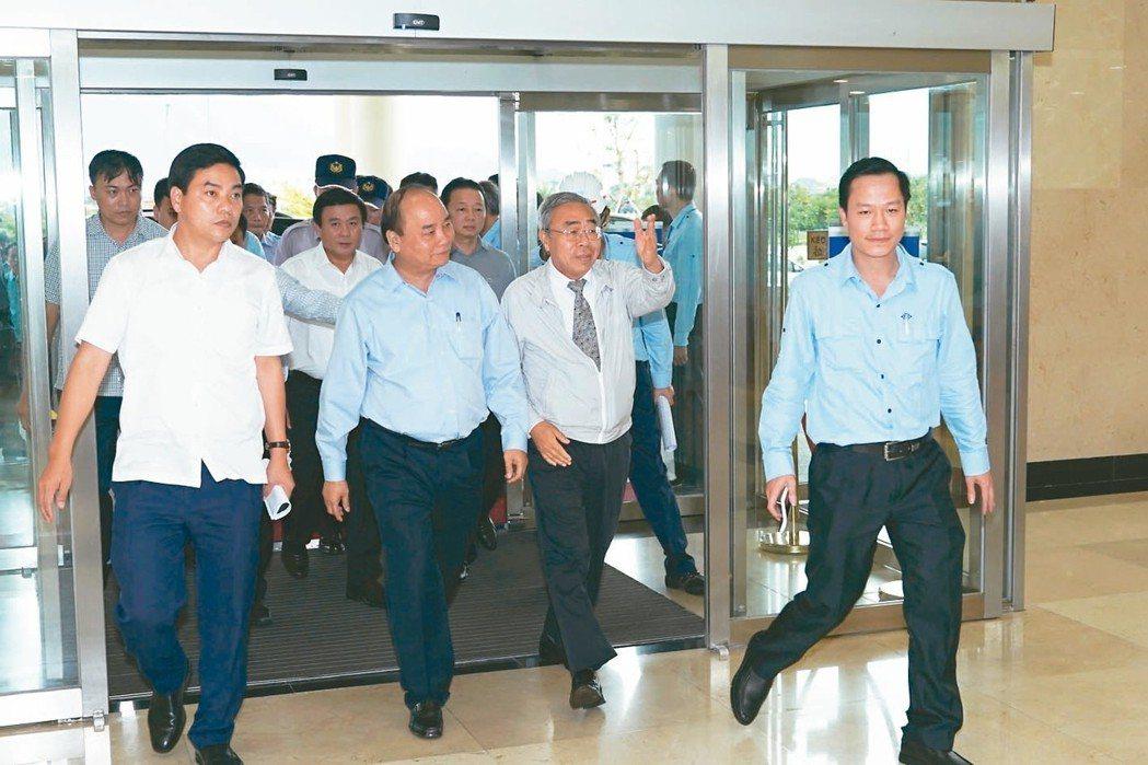 越南總理阮春福(左)前往台塑河靜鋼廠視察,台塑集團總裁王文淵(左二)到廠親自接待...
