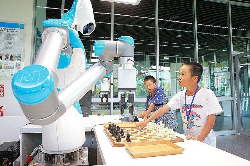 住民兒童與智慧視覺系統機器人進行多場西洋棋與英文拼字比賽遊戲。 工研院/提供
