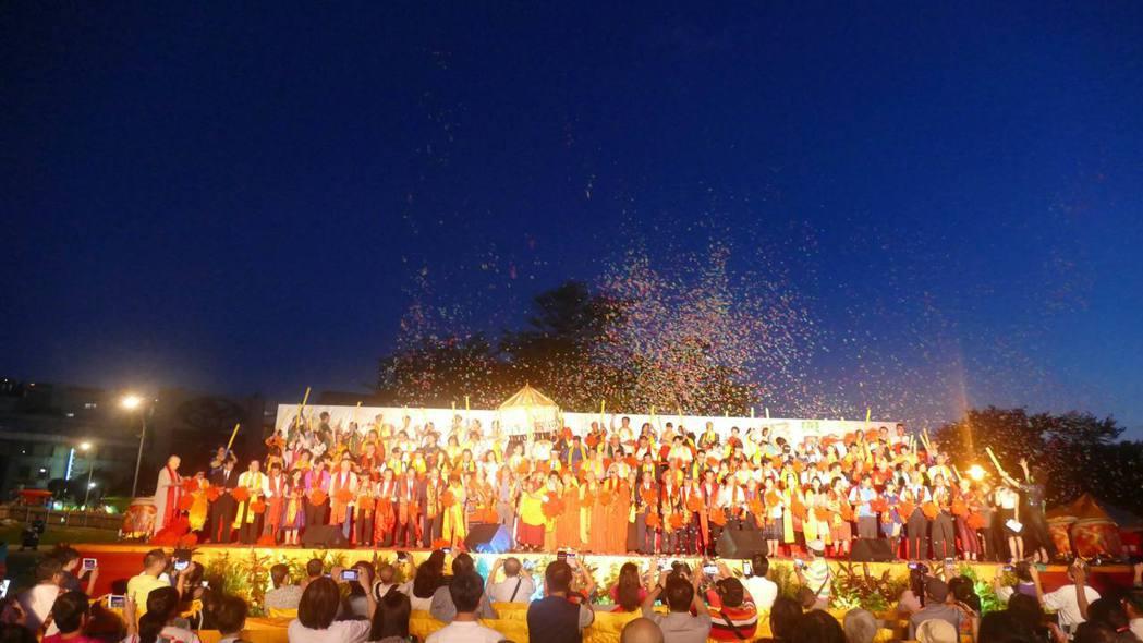 公益慈善園遊會舉行盛大的開幕儀式。