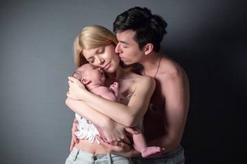 素有「小昆凌」美名,21歲的台、巴混血女模Kimberlly(陳怡伶)上月喜迎兒子出生,身材在產後一個多月神速恢復,且令人驚訝的是已可以穿上產前的衣服,被粉絲讚是無敵辣媽。近日她上傳沐浴照,讓兒子靠...