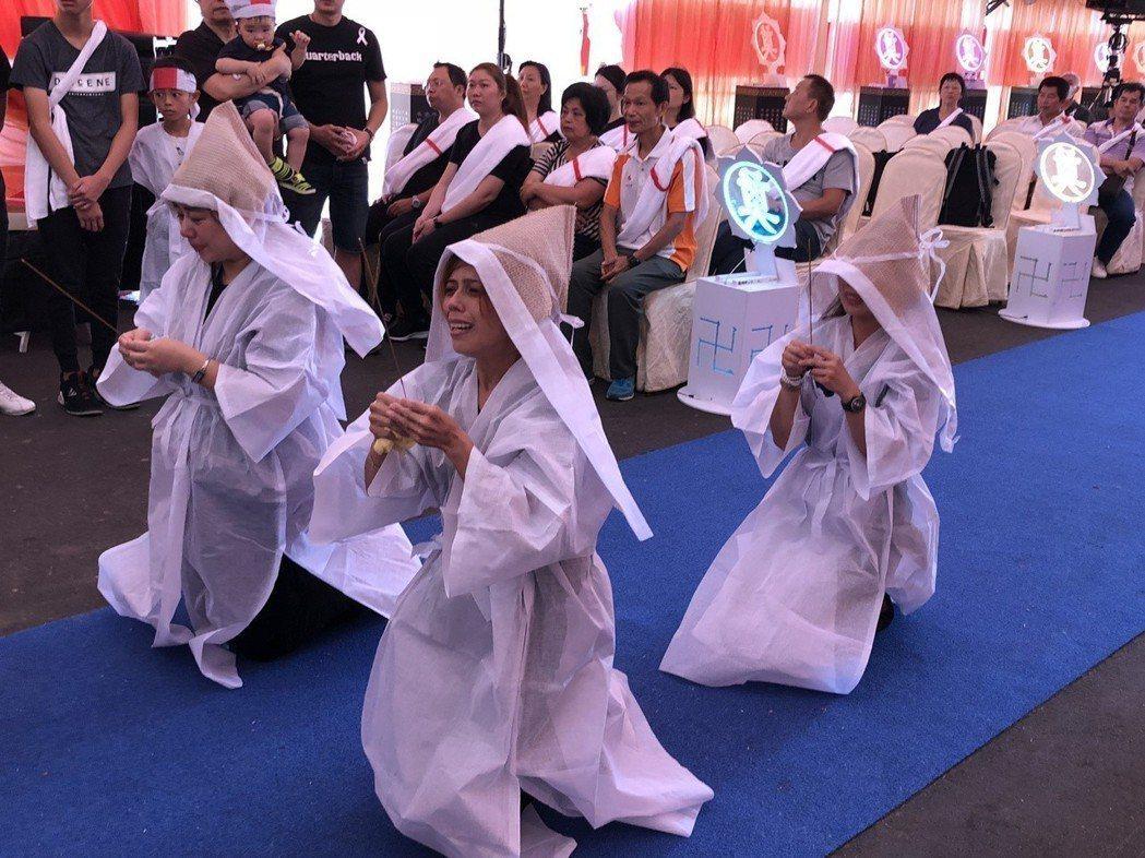 閃亮三姊妹跪別父親。記者林士傑/攝影